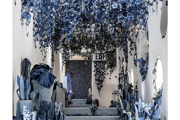 天井一面に藤の花が…♡すべてデニムで作られた「秘密の庭」が美しすぎる
