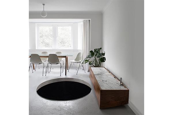 お部屋の中に大きな穴が…!?思わずドキッとしちゃうユニークなデザインのラグ
