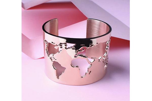 旅行好きの人におすすめ♡ファッションを格上げしてくれる「世界地図ブレスレット」がスタイリッシュ