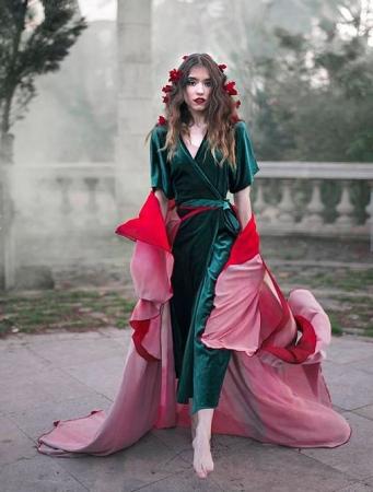 花びらをまとったような可憐さ♡スペイン発「フラワーケープ」でおとぎ話の気分を体感♪