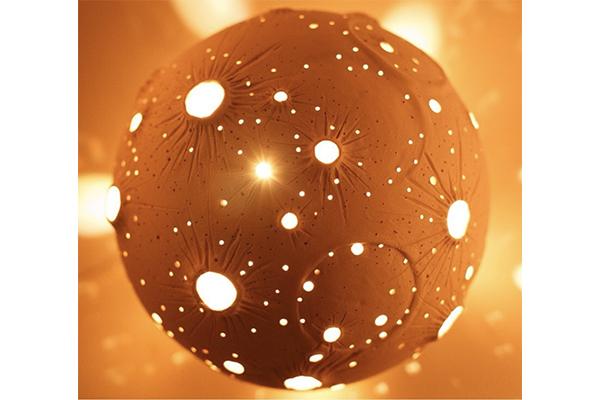 お部屋の中で小宇宙を感じられちゃう♡月を模したセラミックのランプが神秘的