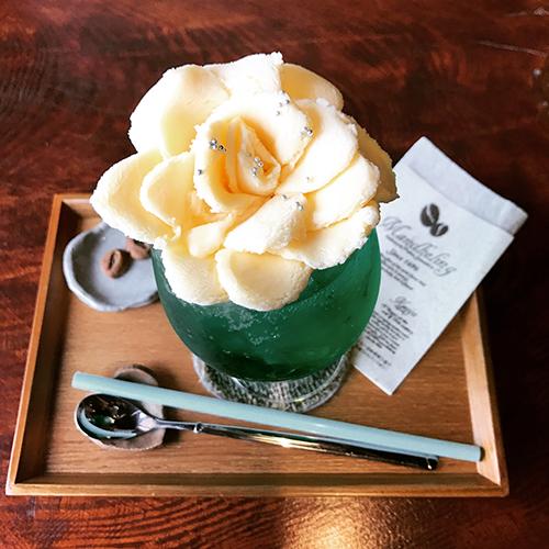 グラスにおさまりきらないフォトジェ!飲むのがもったいなくなる薔薇のクリームソーダ♡