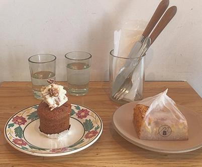 今どきケーキ界の人気者。見た目もかわいいキャロットケーキを見つける、私のお散歩旅