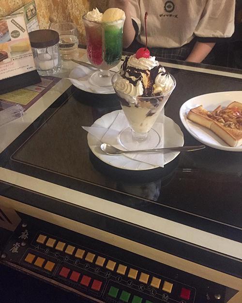 インパクト大、2色のペアソーダを発見!昔ながらのレトロな雰囲気が素敵な喫茶店「ジュリアン」