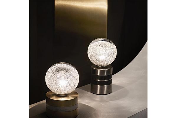 幻想的な光がお部屋を包み込む。吹きガラス製法でつくられた照明がロマンティック♡