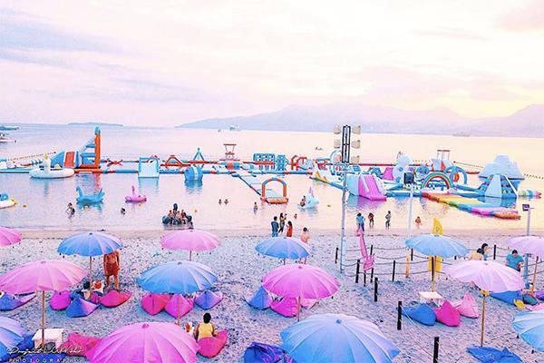 写真映えもリアルな充実感も両方叶う。フィリピンのビーチに浮かぶ夢かわなプレイエリアに行ってみたい!