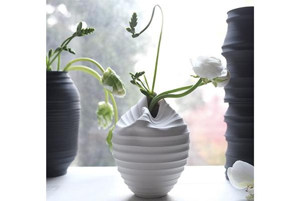 柔らかそうな形にドキッ♡ぐにゃりと曲がったユニークなデザインの花瓶