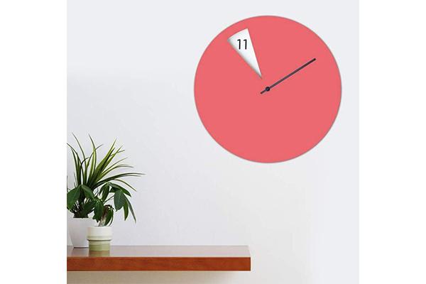 時針がないのに時間がわかる…?!ユニークな仕組みで時を告げる壁掛け時計