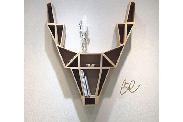 オブジェのように壁に掛けても、床に置いてもOK。鹿の頭を象った幾何学的デザインの書棚がスタイリッシュ