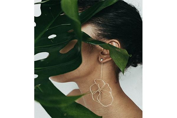 シンプルなのに印象的。大輪のピオニーが咲くスタイリッシュなイヤリング