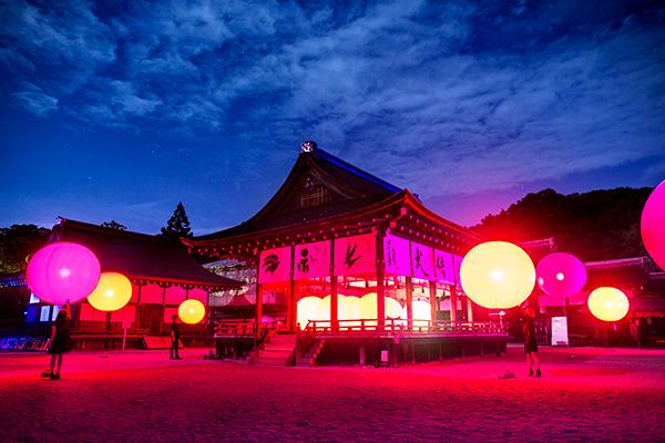 京都・下鴨神社が光と音のアート空間に♡「下鴨神社 糺の森の光の祭 Art by teamLab」が開催