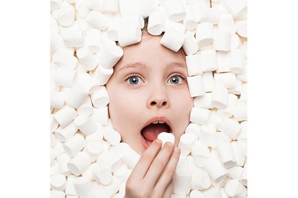 マシュマロの海で泳ぎたい♡お菓子をテーマにしたアート展「キャンディトピア」がNYに登場