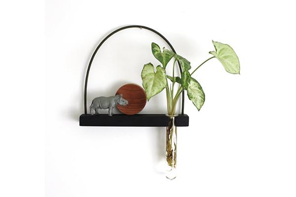 さり気なく植物を飾る。シンプルデザインがスタイリッシュな壁掛け花瓶