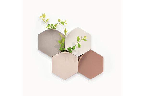 石畳からのぞく植物にインスパイアされたミニマムデザインの壁掛け花瓶