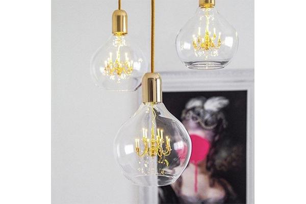 電球の中に小さなシャンデリアが…!さりげないデザインにキュンとするランプを発見♡