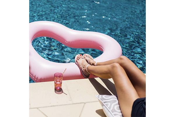 浮き輪としても使えちゃう♡フォトジェニックなハート型フロートがかわいすぎ♡