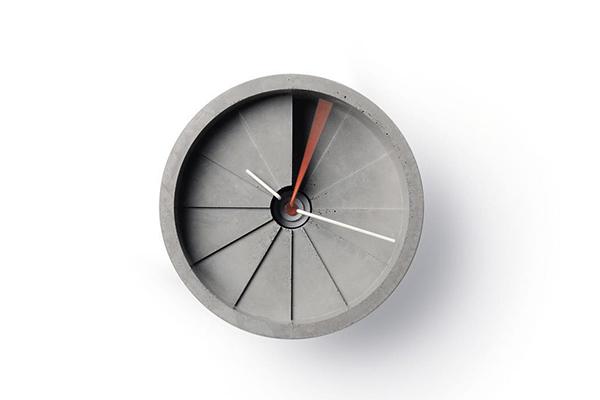 """螺旋階段のような段差で時を告げる。オブジェみたいな""""4次元時計""""がユニーク"""
