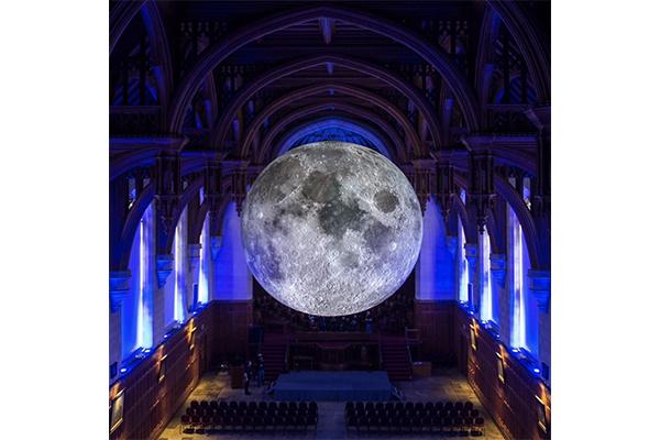 NASAのデータでリアルに再現。本物の50万分の1の大きさの月を再現したアートワークがロマンティック♡