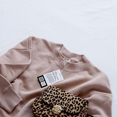 秋冬の定番アイテムに。ユニクロユーの新作「スウェットクルーネックプルオーバー」のくすみピンクがかわいすぎる♡
