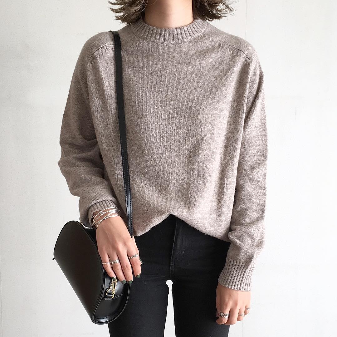 大きめニットはGUメンズ「ラムブレンドクルーネックセーター」が大正解♡イマドキ女子の着こなし術をご紹介!