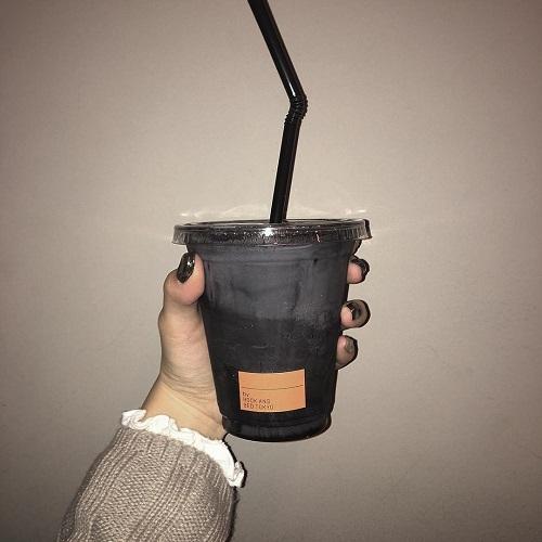 黒いドリンクの正体はまさかのい〇〇みるく!?見た目はモード、味は絶品のカフェをご紹介しちゃいます♡