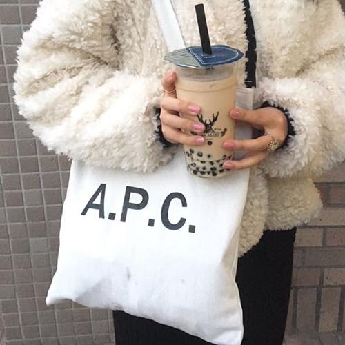 【私らしさの見つけ方#2】神戸のおしゃれガールが愛用するのは「A.P.C.」のトートバッグ♡