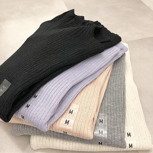 大人気のあのトップスが形を変えて登場。「シャイニーリブハイネックセーター」は完売前にGETして♡