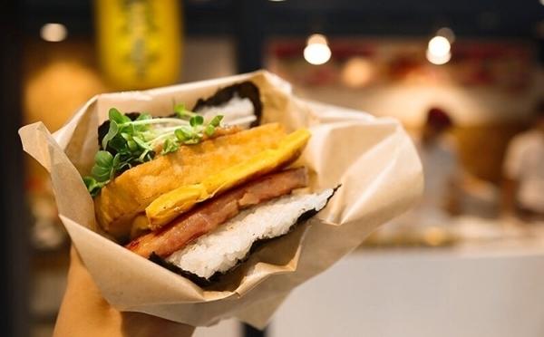 ハンバーガー感覚で食べられるハイブリッド系♡大阪・黒門市場に「おにぎりバーガー」本店がOPEN!