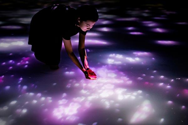 チームラボ プラネッツ TOKYO DMM.comで今だけのちょっと変わったお花見を♡水面に桜が広がる作品に注目