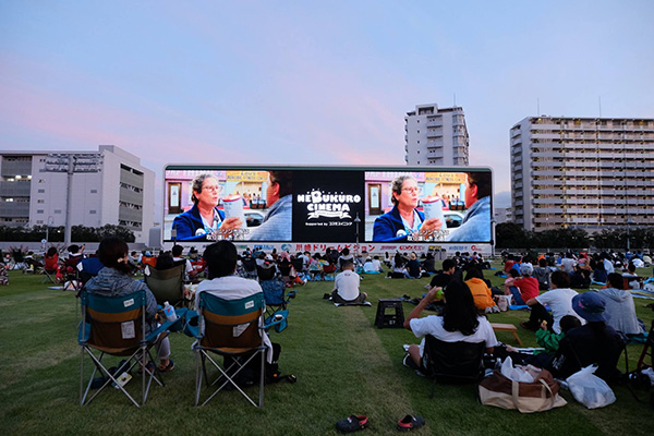 今年もねぶくろシネマ@川崎競馬場が開催!ピクニック気分の映画ナイトにワクワクが止まらない♡