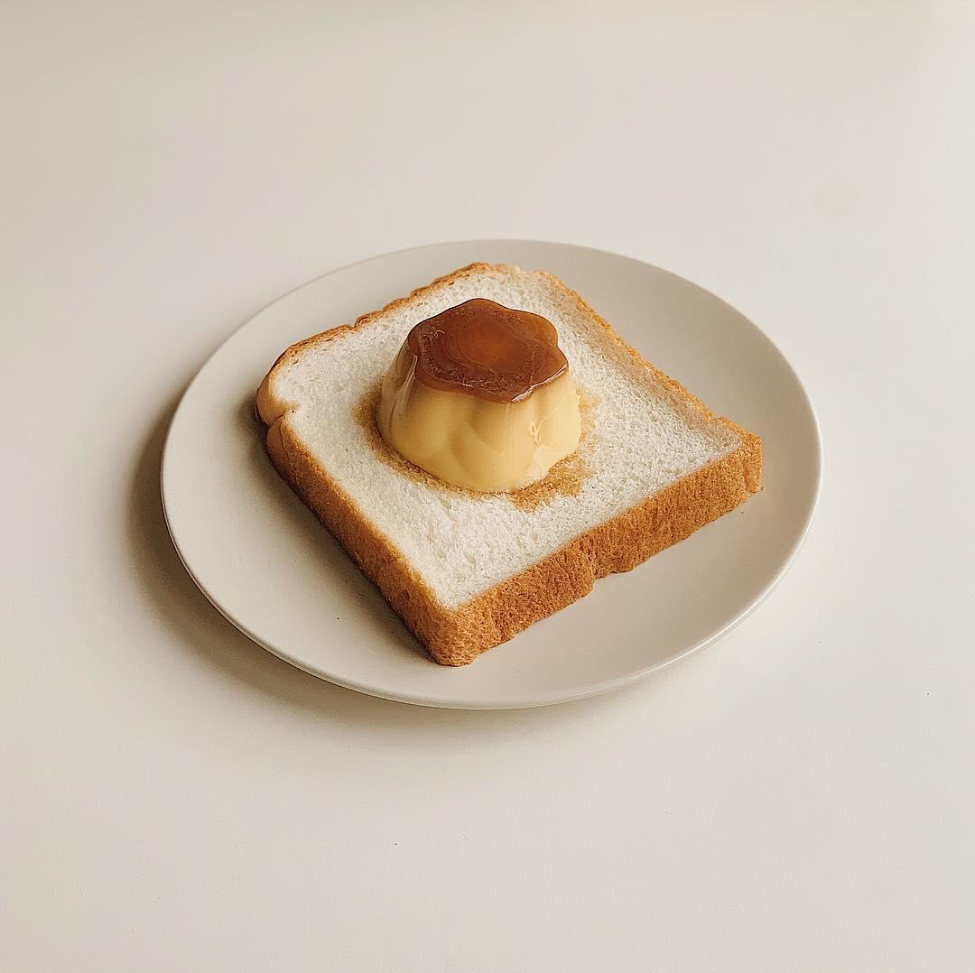 """""""のせて焼くだけ""""でフレンチトースト風?プリンがたっぷり染み込んだ「プリントースト」がお家でも簡単に作れるんです♡"""