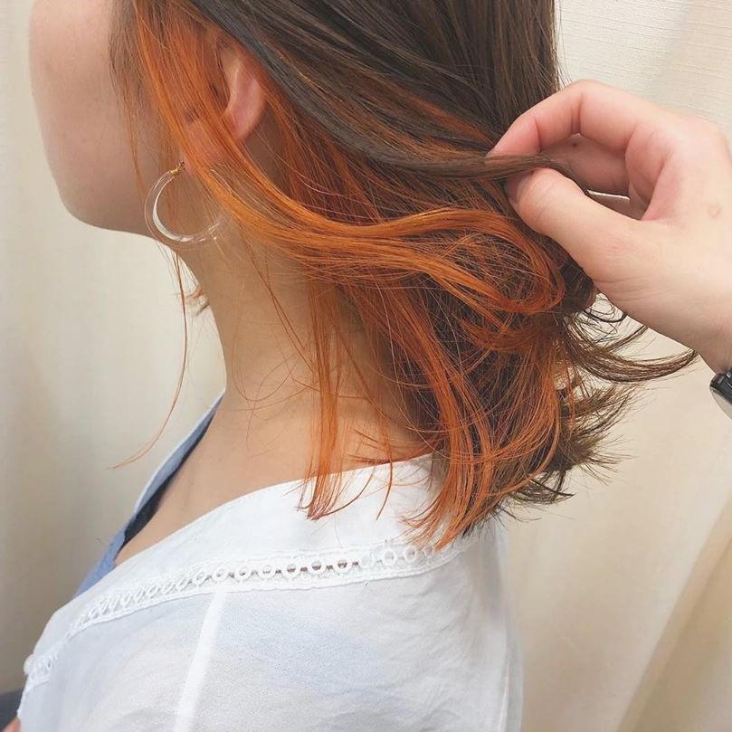今年の夏ヘアはこれに決まり。さりげなく見せる「オレンジインナーカラー」でおしゃれを楽しもう!