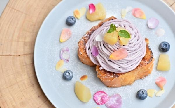 香り高いバラの花びらを散りばめた映える一皿♡ブリュレフレンチトースト「forucafe」の秋限定メニューがかわいい♩