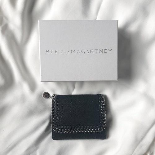 ミニマムなのにこの存在感。チェーンが一癖効いたデザインが今っぽい「ステラ」のミニ財布はおしゃれさんの証拠