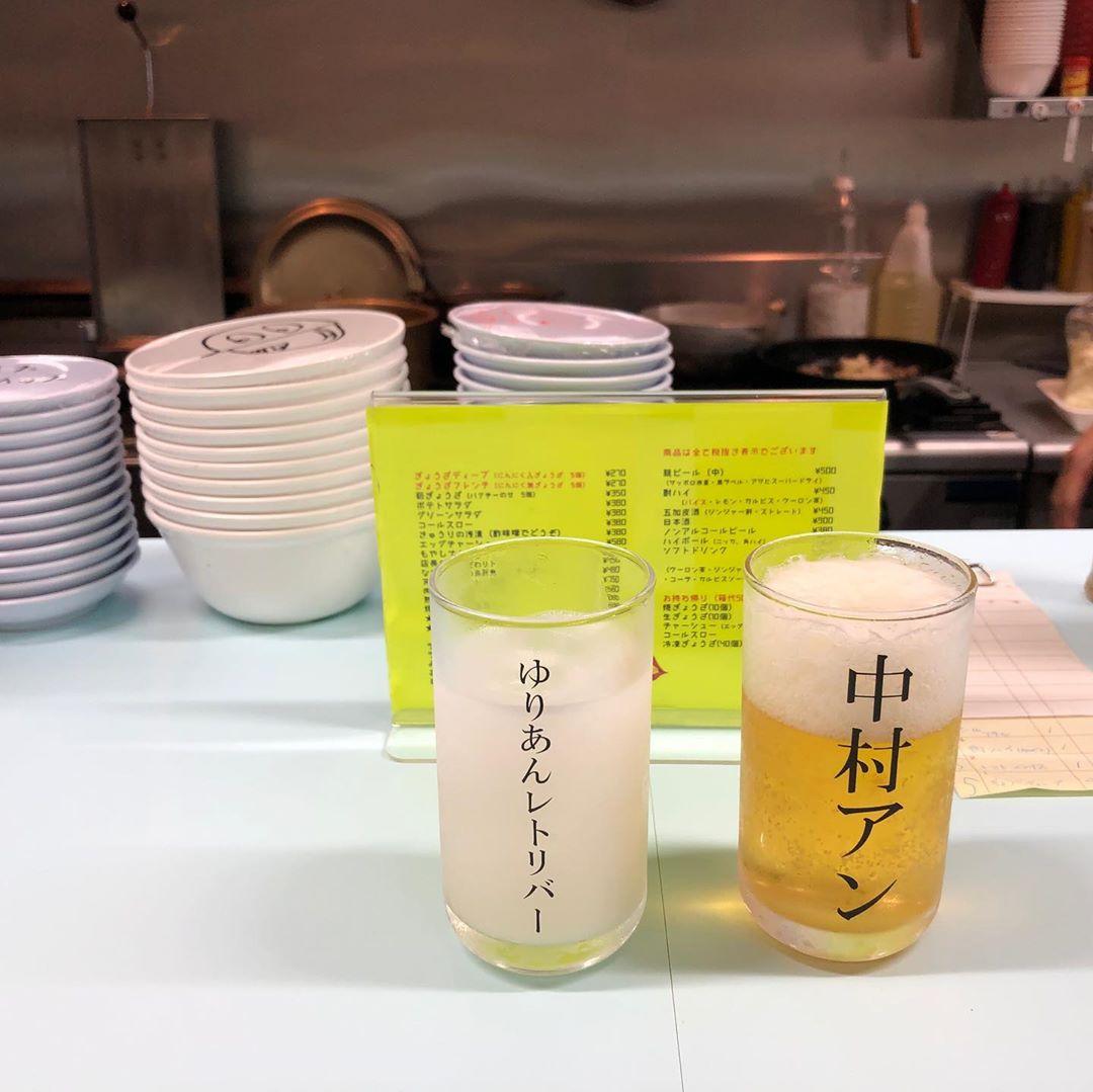 出てくるまでドキドキ...。有名人の名前がかかれたグラスが面白い「夷川餃子なかじま」は映え酒の聖地なんです♡