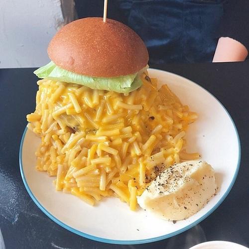 マカロニとチーズの大渋滞...。チーズ好き必見♡バンズに収まりきらない「マッカンバーガー」って知ってる?