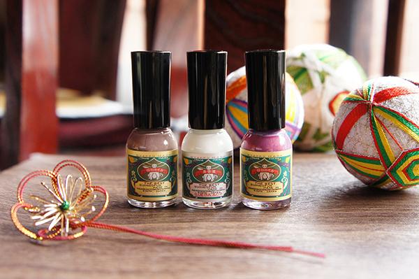 爪にやさしい水性ネイル「胡粉ネイル」の人気色で冬の手元をおしゃれに。爪美容液が付いたギフトセットが登場