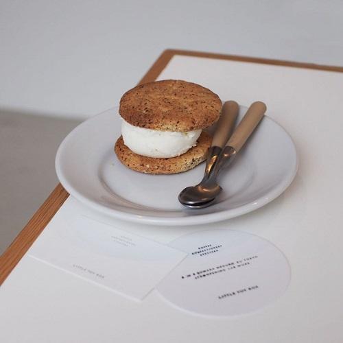 オープン早々行列が絶えない...。白を基調としたカフェ「LITTLE TOY BOX」の空間とお菓子が素敵すぎる♡