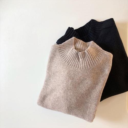 これは神シルエット...。ユニクロの「モックネックセーター」はカラー展開豊富で全色集めたいくらいかわいい♡