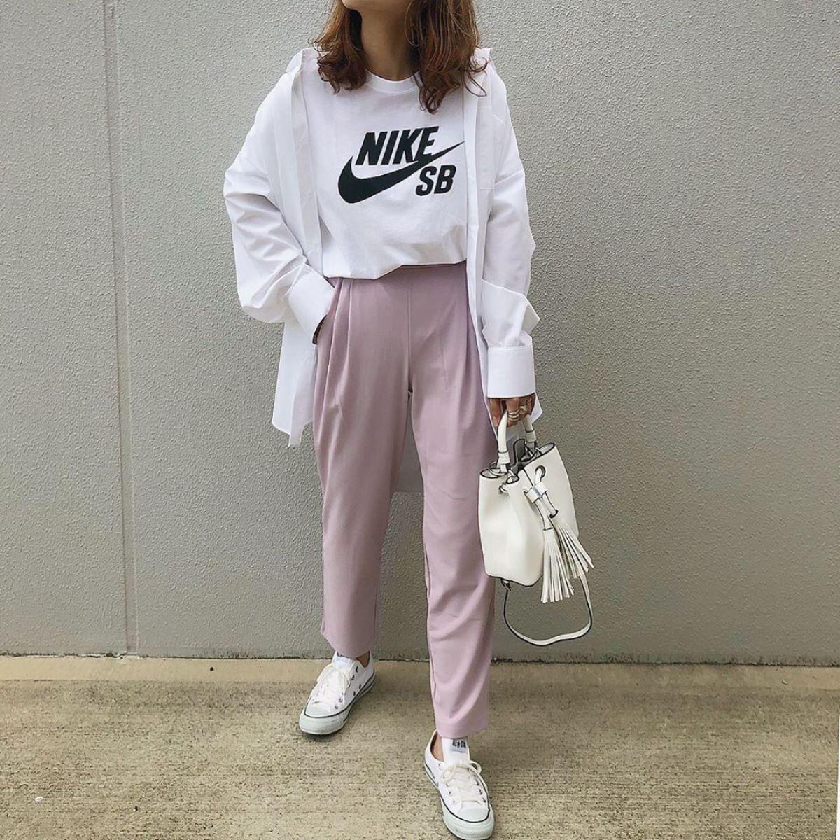 ユニクロの「新テーパードパンツ」のピンクカラーが絶妙な色合い♡高級感のある素材で履き心地も抜群なんです
