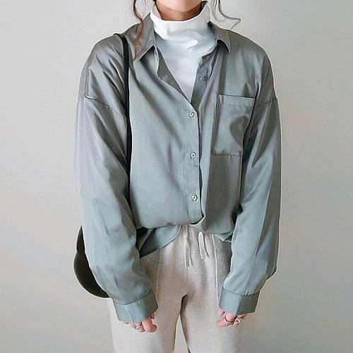 GUの「シアーオーバーシャツ」の程よい透け感に惚れた。1枚でもレイヤードしてもおしゃれに決まります◎