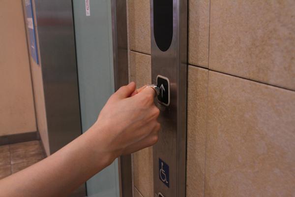 エレベーターのボタンをリングで押せちゃう!接触感染予防のシルバーリング「mamotte」って知ってる?
