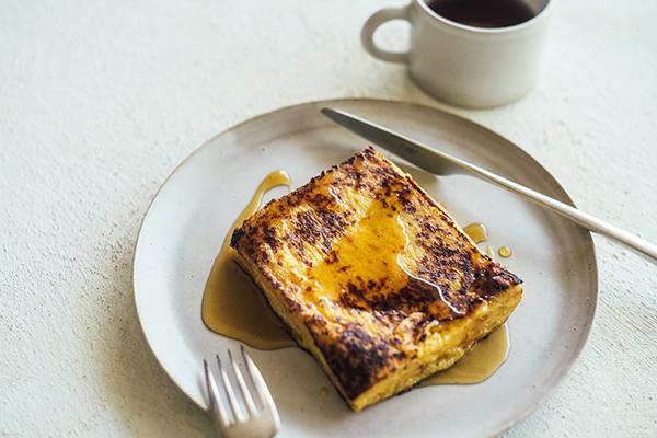 焦がしバターがポイント。週末に作ってみたい「ミスターチーズケーキ」のシェフ考案フレンチトーストのレシピ♡