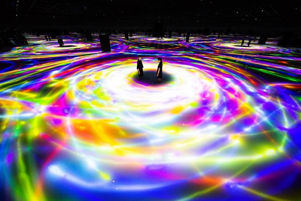 巨大な没入空間へ…。東京・豊洲の水に入るミュージアム「チームラボプラネッツ TOKYO DMM」が営業再開