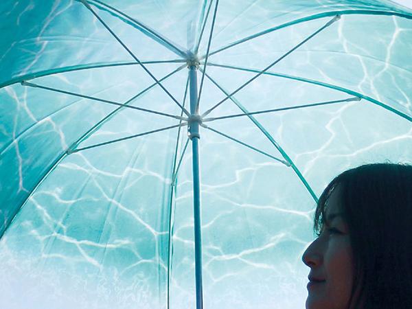 「水の中」にいるような気分になれるビニール傘が新登場♡おしゃれと機能を兼ね備えた便利アイテムなんです