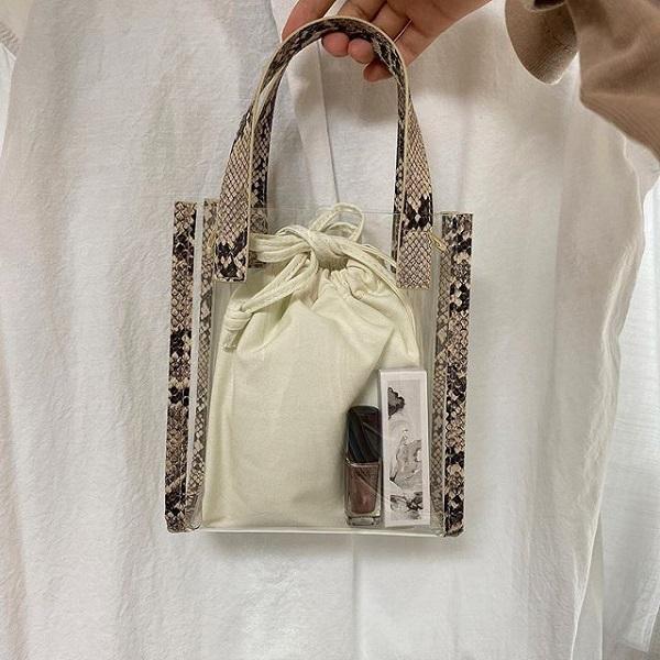 GUの「クリアミニバッグ」は2wayで使いやすい!中身が見えて恥ずかしい…という心配なしの巾着付き♡