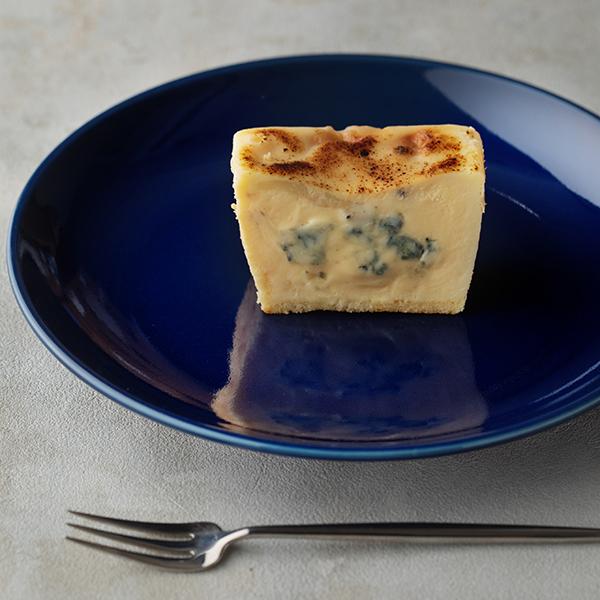ゴルゴンゾーラを贅沢に使用。濃厚で刺激的な「生ブルーチーズケーキ青」はインターネットから購入できます♩