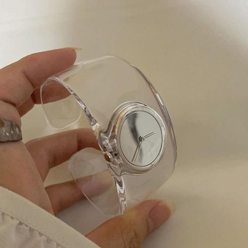 こういうのが欲しかった。「イッセイミヤケ」のクリア時計がアクセサリー感覚でも使える優れものなんです◎
