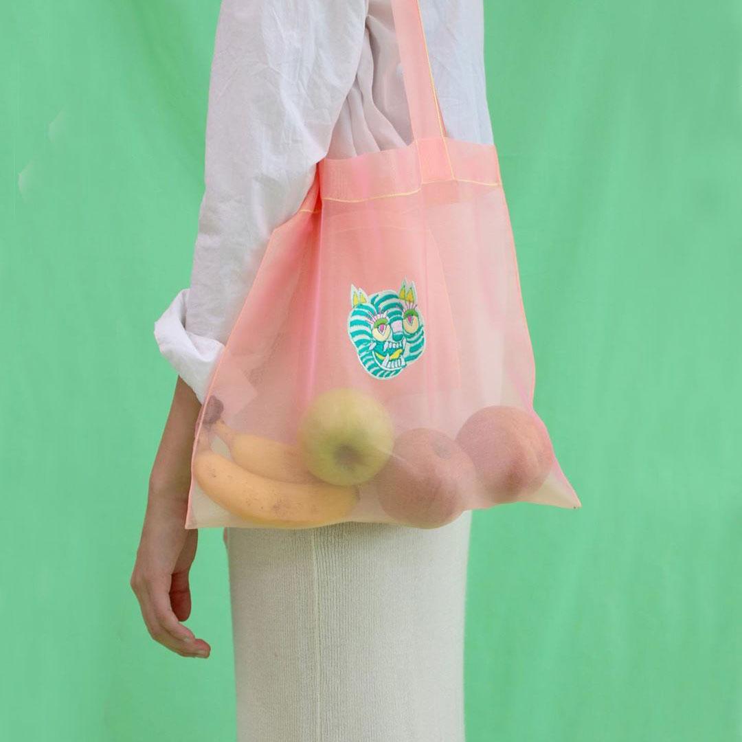 シルク素材に鮮やかな刺繍が施された、韓国ブランド「color 7(色_漆)」の個性派シアーバッグが気になる♡