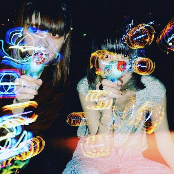 「夜×シャボン玉」の組み合わせが今アツい。最近よく見るエモい写真の撮り方ってどうやるの?